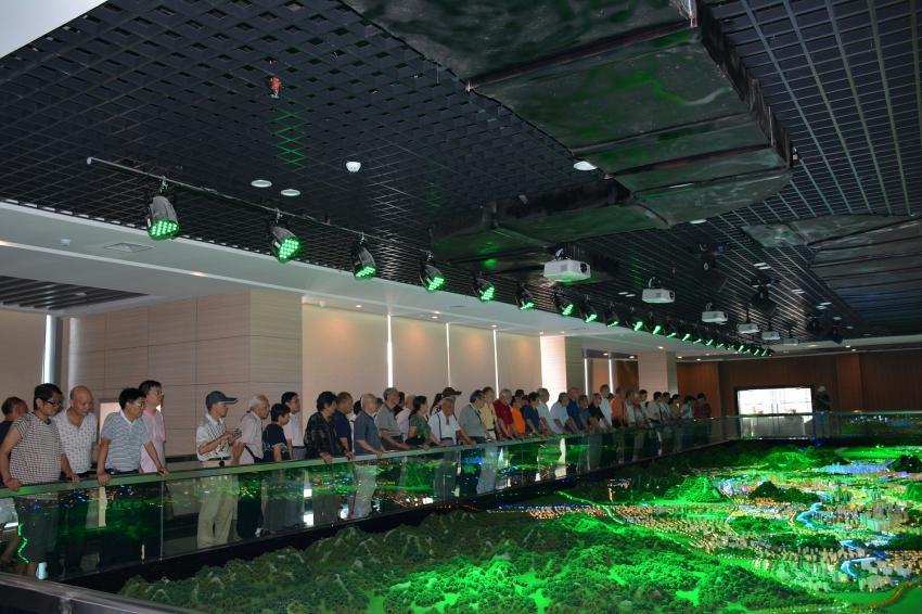 自治区住房城乡建设厅退休老干部一行参观贺州规划馆数字化展厅