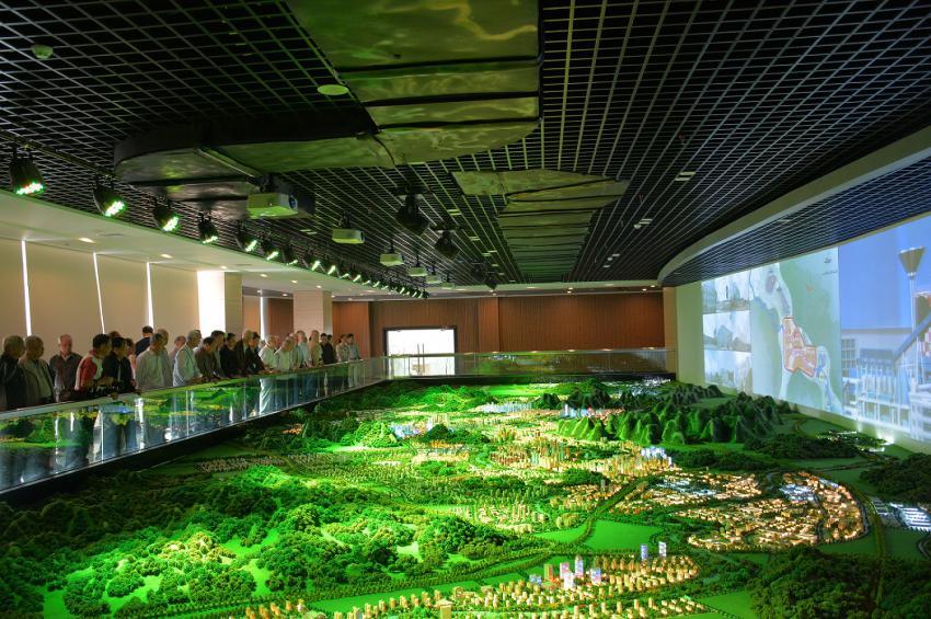 贺州市离退休干部一行参观贺州规划馆数字化展厅