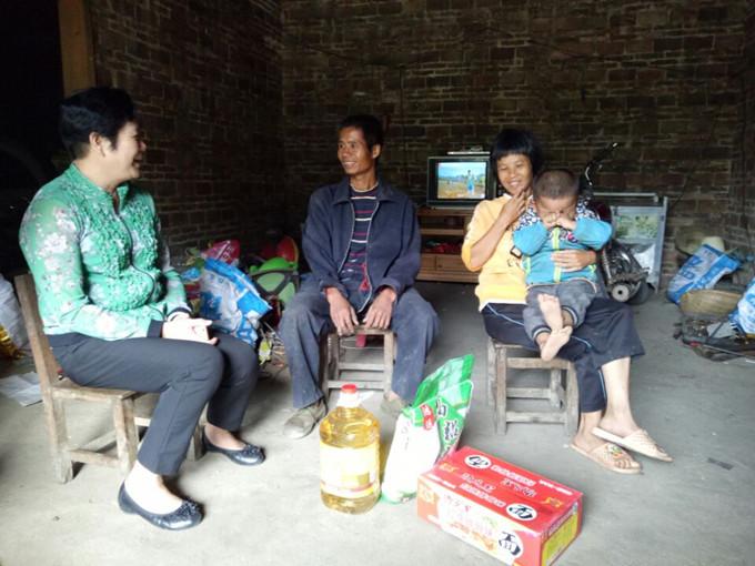 贺州市残联全体党员到扶贫村开展扶贫助困活动