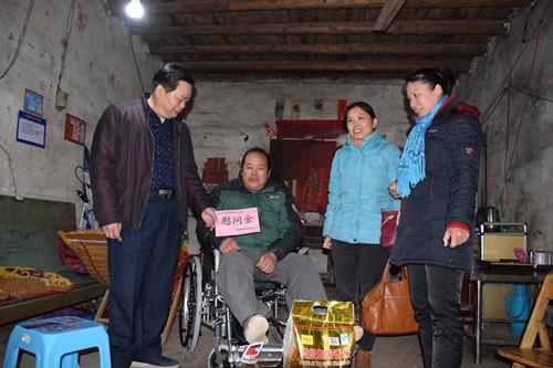 贺州市残联领导到钟山县走访慰问贫困残疾人家庭