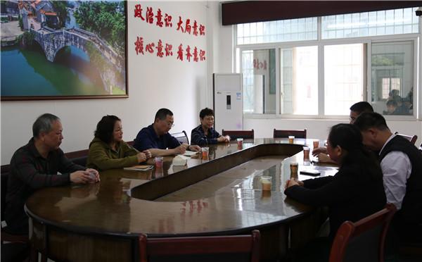 唐玉梅到钟山县石龙镇开展植树活动
