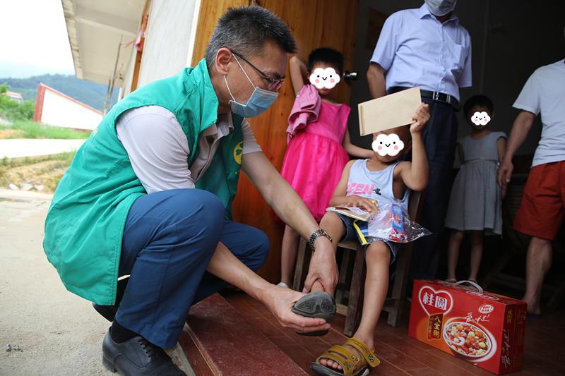 图为助残志愿者了解残疾儿童的康复情况_副本.jpg