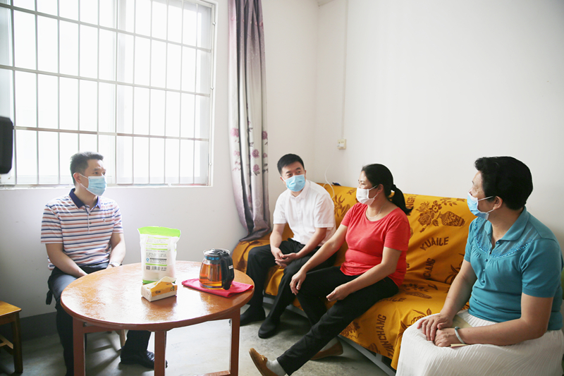图为钟得志副书记(左二)走访慰问困难残疾人家庭。_副本.jpg